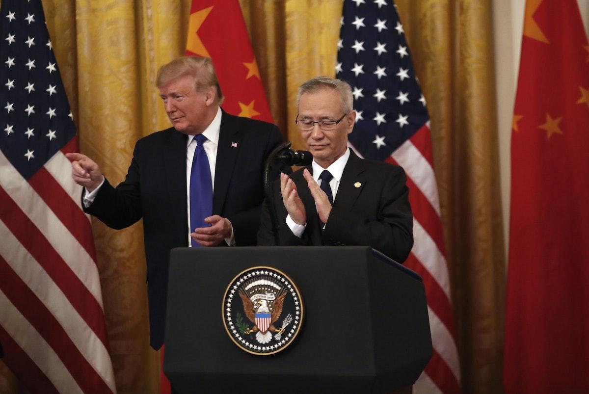 نائب رئيس الوزراء الصيني ليو هي والرئيس الأميركي دونالد ترمب خلال توقيع المرحلة الأولى من الاتفاق التجاري بين بلديهما في واشنطن - 15 يناير 2020 - Bloomberg