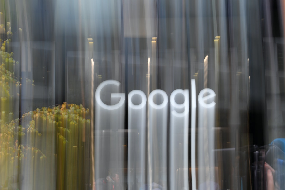 اسم Google معروض خارج مكتب الشركة في لندن- REUTERS