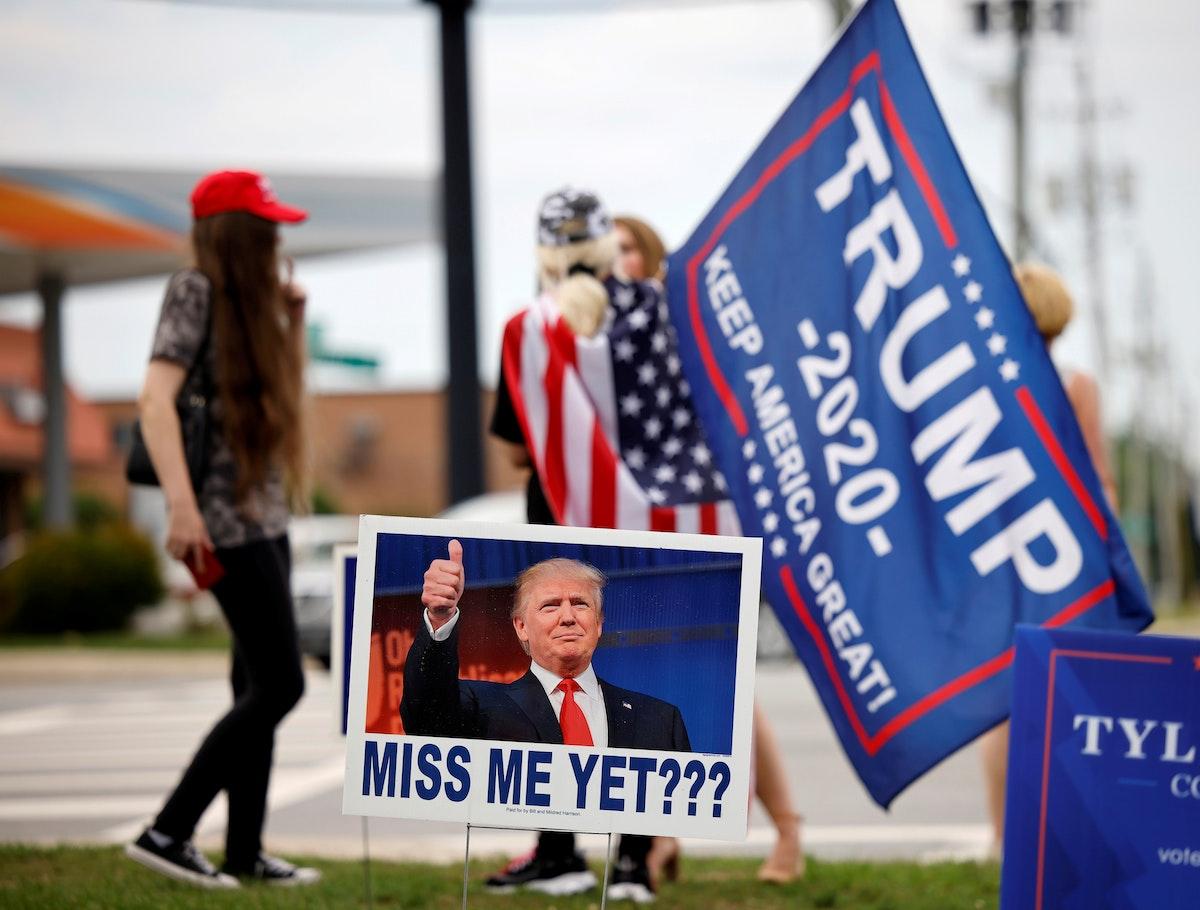أنصار للرئيس الأميركي السابق دونالد ترمب خارج مقرّ انعقاد مؤتمر للحزب الجمهوري في كارولاينا الشمالية - 5 يونيو 2021 - REUTERS