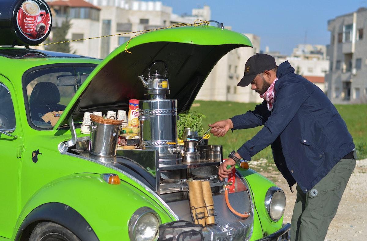 فادي أحمد يعد المشروبات الساخنة للأردنيين في شوارع العاصمة عمّان - REUTERS