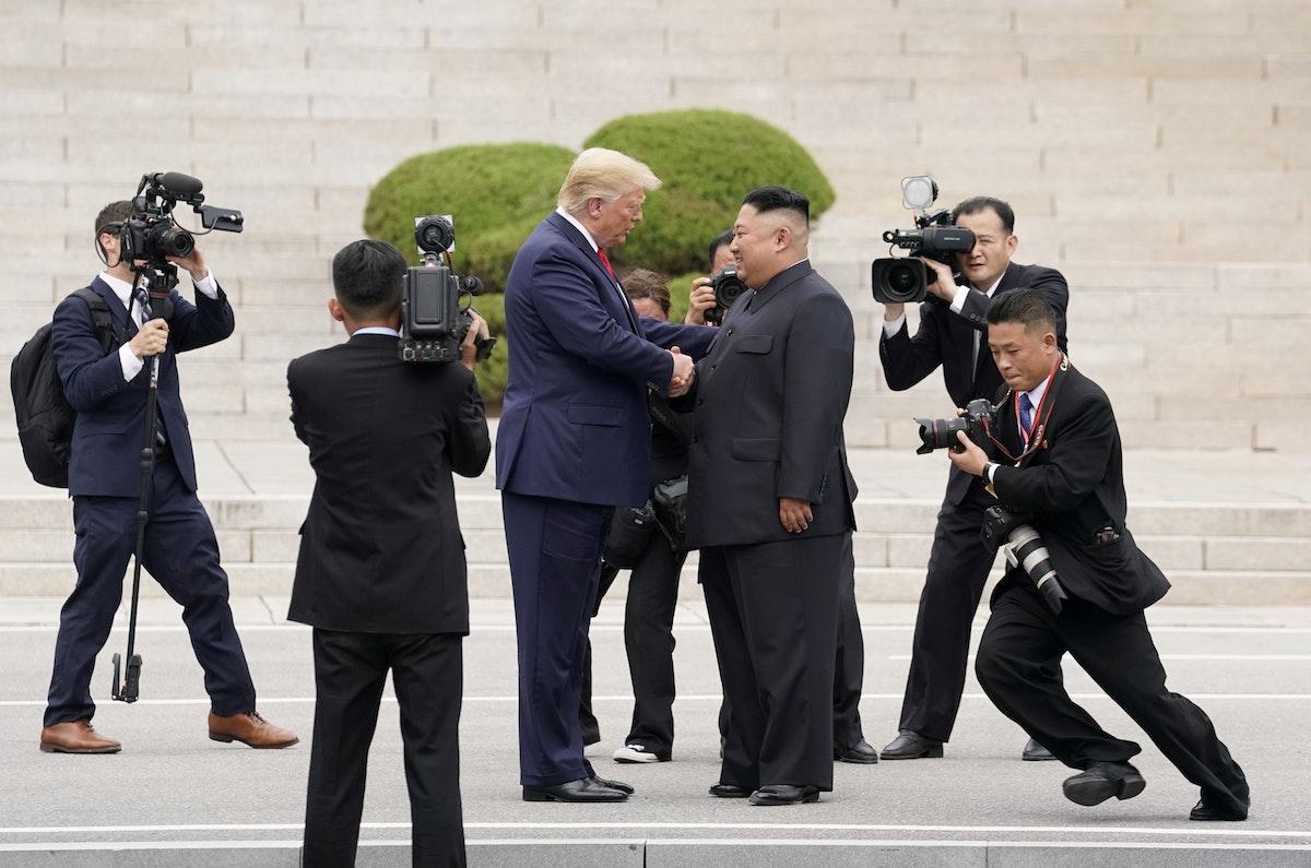الزعيم الكوري الشمالي كيم جونغ أون والرئيس الأميركي دونالد ترمب خلال لقائهما في المنطقة المنزوعة السلاح بين الكوريتين - 30 يونيو 2019 - REUTERS