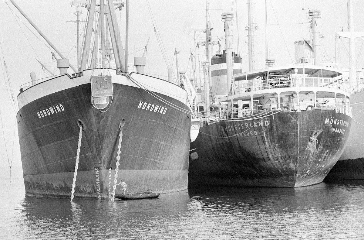 نوردويند ومونسترلاند هامبورغ، اثنتان من السفن العالقة في قناة السويس، 1 مايو 1975 - AP