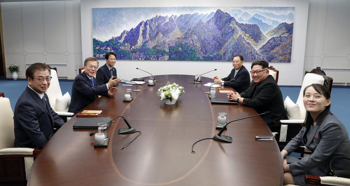 كيم يو جونغ، خلال لقائهما الرئيس الكوري الجنوبي مون جاي إن على الحدود بين الشطرين - 27 أبريل 2018 - Bloomberg