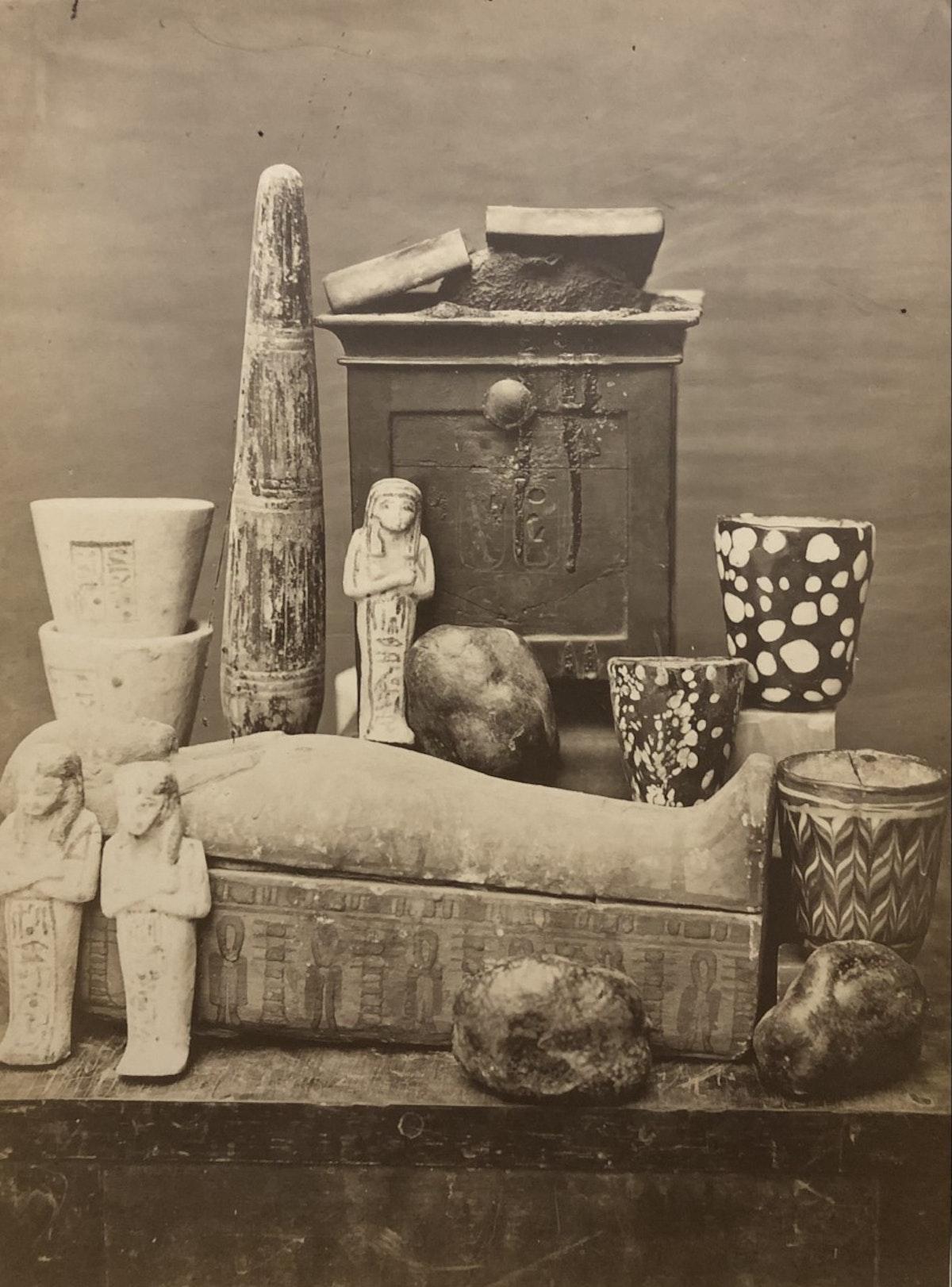 متعلقات إحدى المومياوات - تصوير الألماني إميل بروجش عام 1881