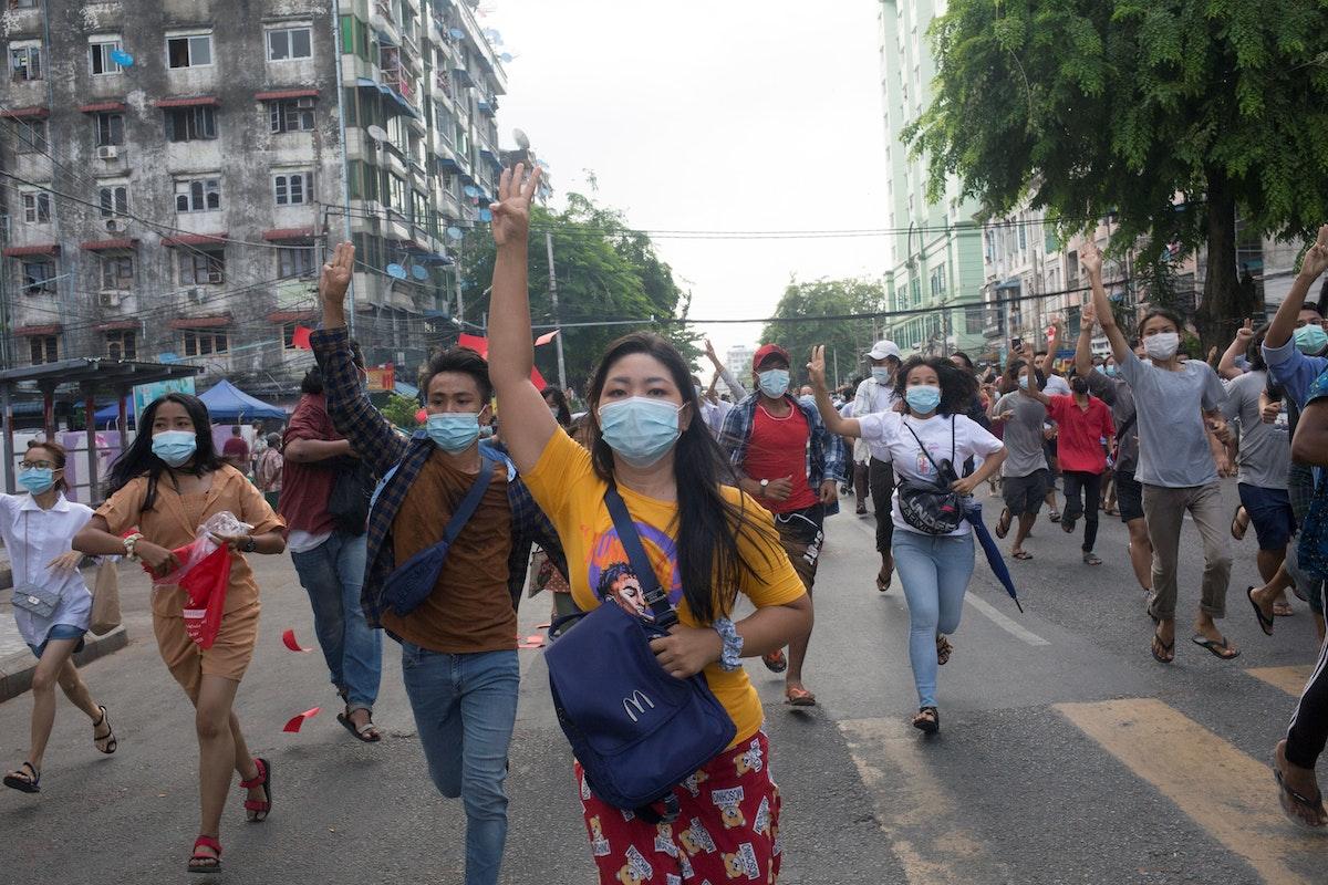 مناهضون للمجلس العسكري خلال تظاهرة في يانغون - 3 يونيو 2021 - REUTERS