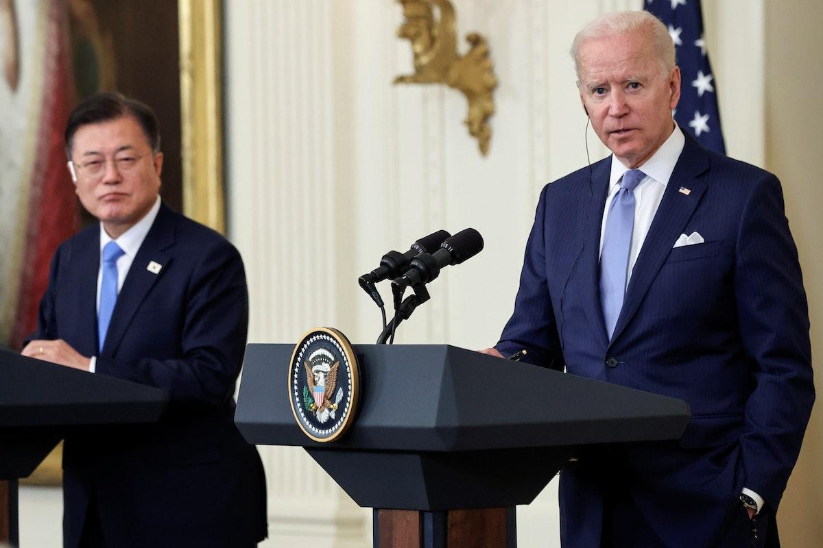الرئيسان، الأميركي جو بايدن والكوري الجنوبي مون جاي إن، خلال مؤتمر صحافي في البيت الأبيض - 21 مايو 2021 - REUTERS