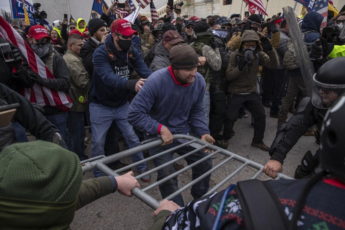 صدامات بين الشرطة وأنصار للرئيس الأميركي دونالد ترمب خلال اقتحام مبنى الكونغرس، 6 يناير 2021 - Bloomberg