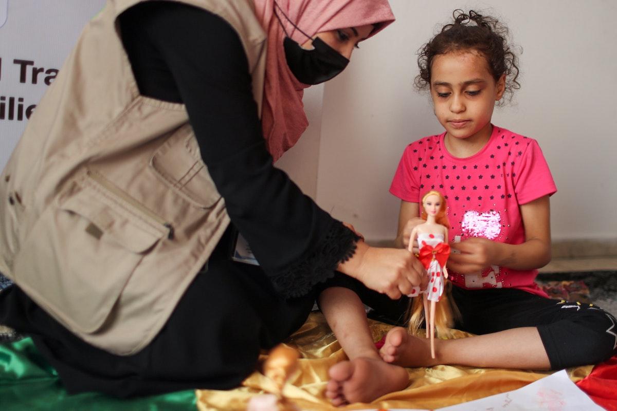 الطفلة سوزي اشكنتنا التي انتشلت من بين أنقاض منزلها الذي دمرته غارة جوية إسرائيلية في غزة - 3 يونيو 2021 - REUTERS