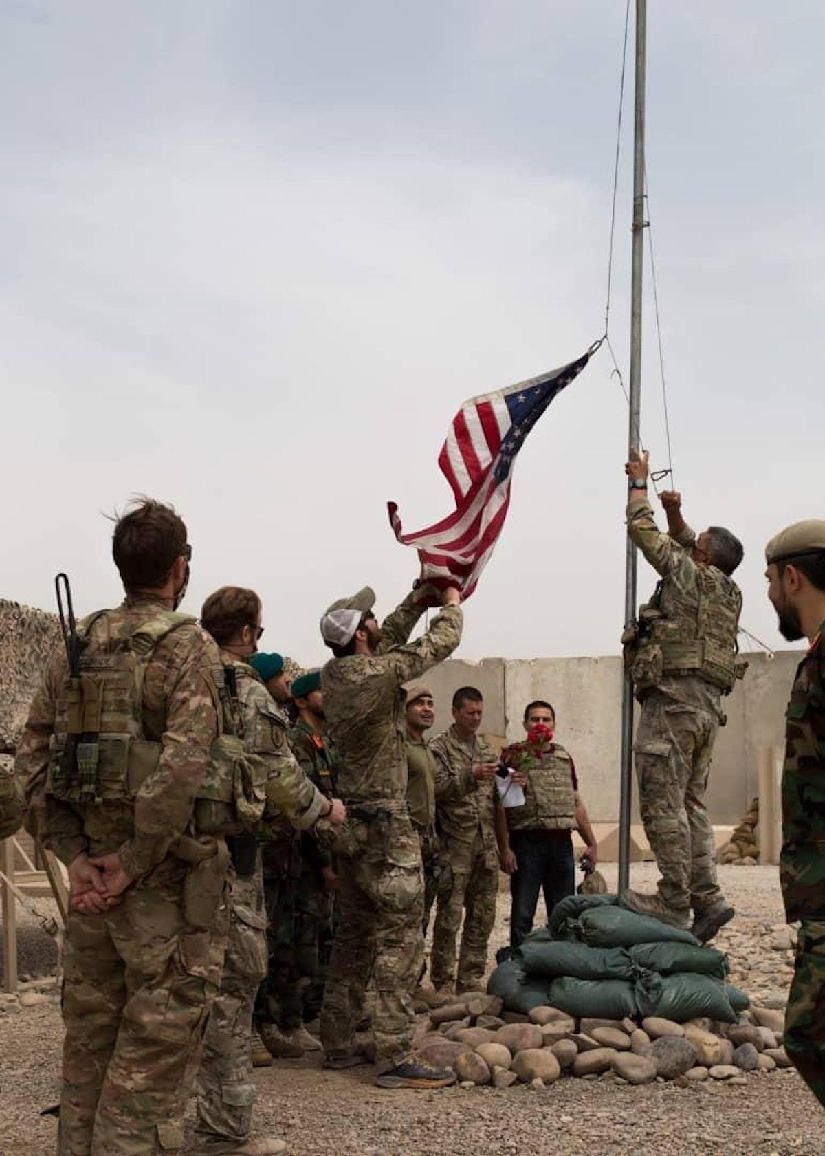 جانب من مراسم تسليم القوات الأميركية معسكر أنتونيك إلى نظيرتها الأفغانية في إقليم هلمند - REUTERS
