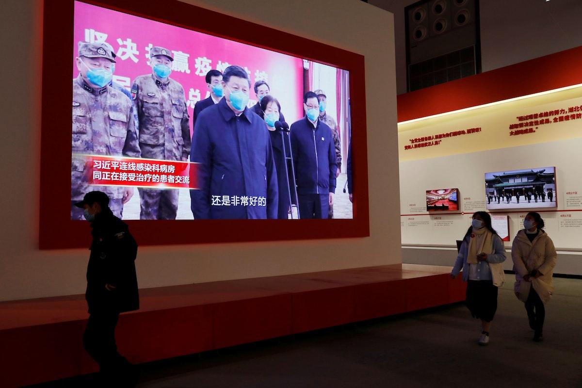 الرئيس الصيني، شي جين بينغ يظهر على شاشة خلال معرض عن مكافحة تفشي كورونا في مركز مؤتمرات بمدينة ووهان، الصين 31 ديسمبر 2020 - REUTERS