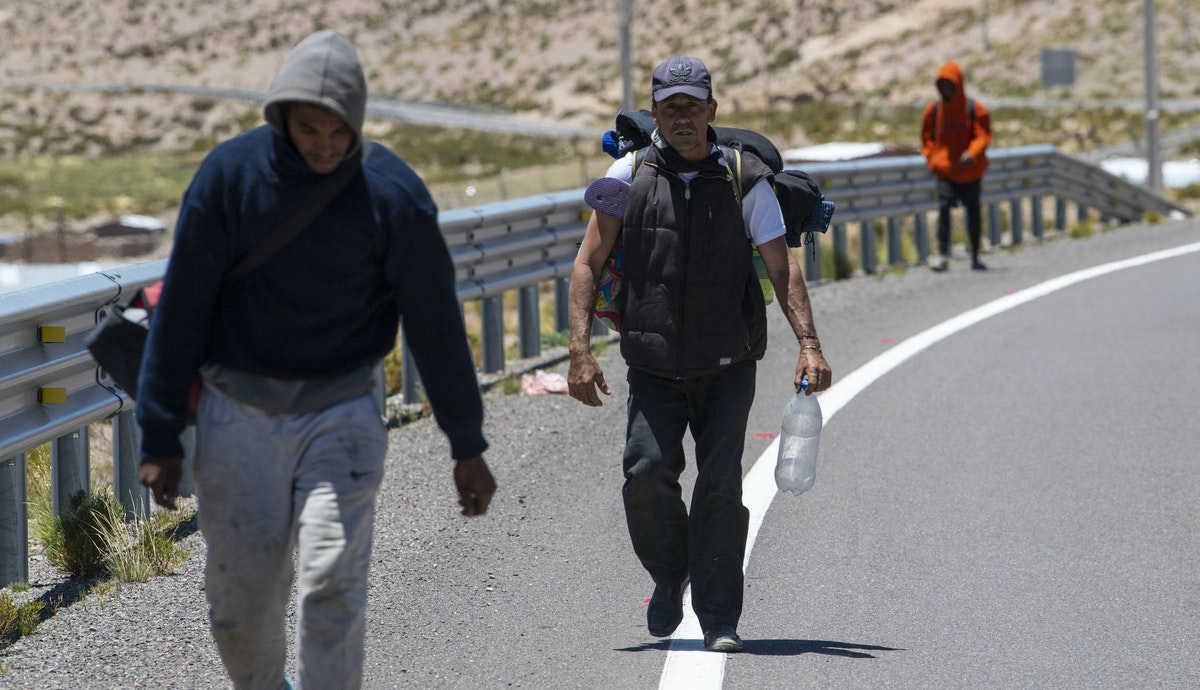 مهاجرون فنزويليون يسيرون على طريق سريع في تشيلي بعد عبورهم من بوليفيا - 17 فبراير 2021 - AFP