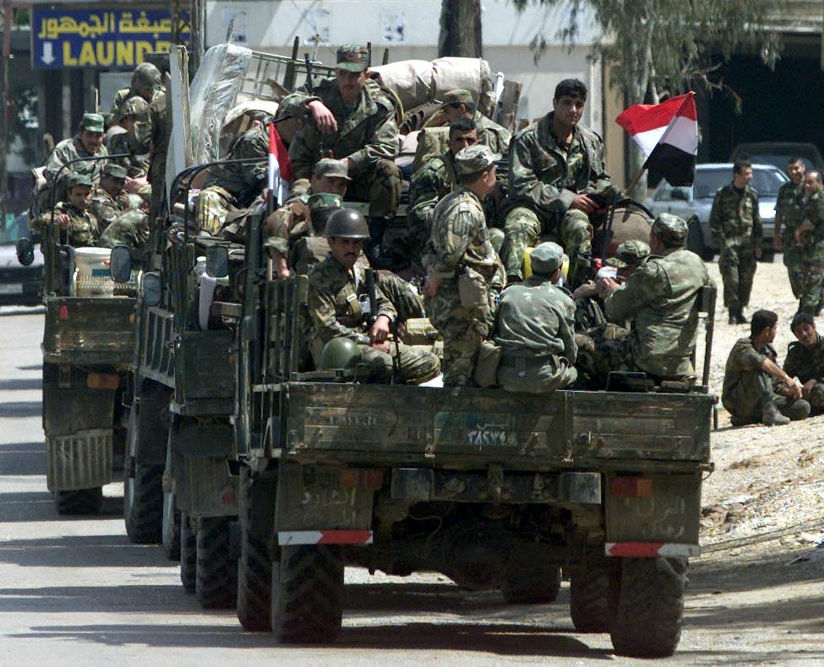 جنود سوريون في شاحنات عسكرية في منطقة جبل لبنان- 14 أبريل 2001 - REUTERS