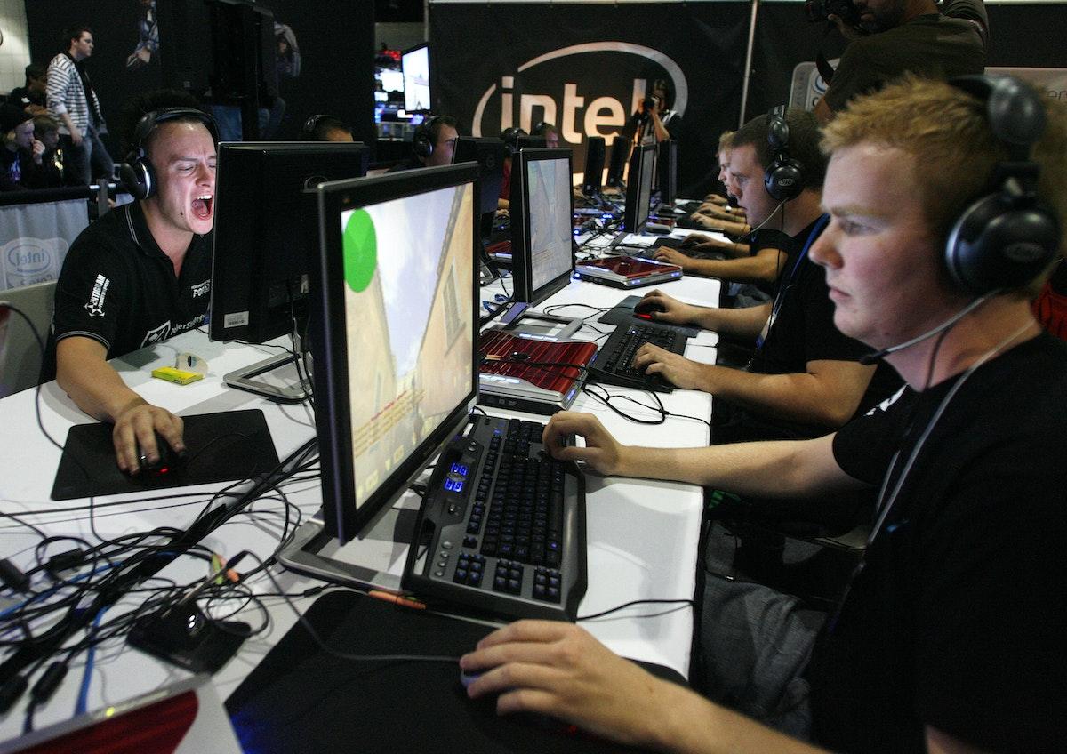 لاعبون ينتنافسون في ألعاب الفيديو (صورة تعبيرية) - REUTERS
