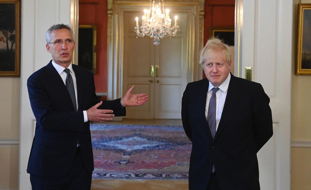 رئيس الوزراء البريطاني بوريس جونسون (يمين) والأمين العام لحلف شمال الأطلسي، ينس ستولتنبرغ، خلال مؤتمر صحافي في لندن - 2 يونيو 2021 - Bloomberg