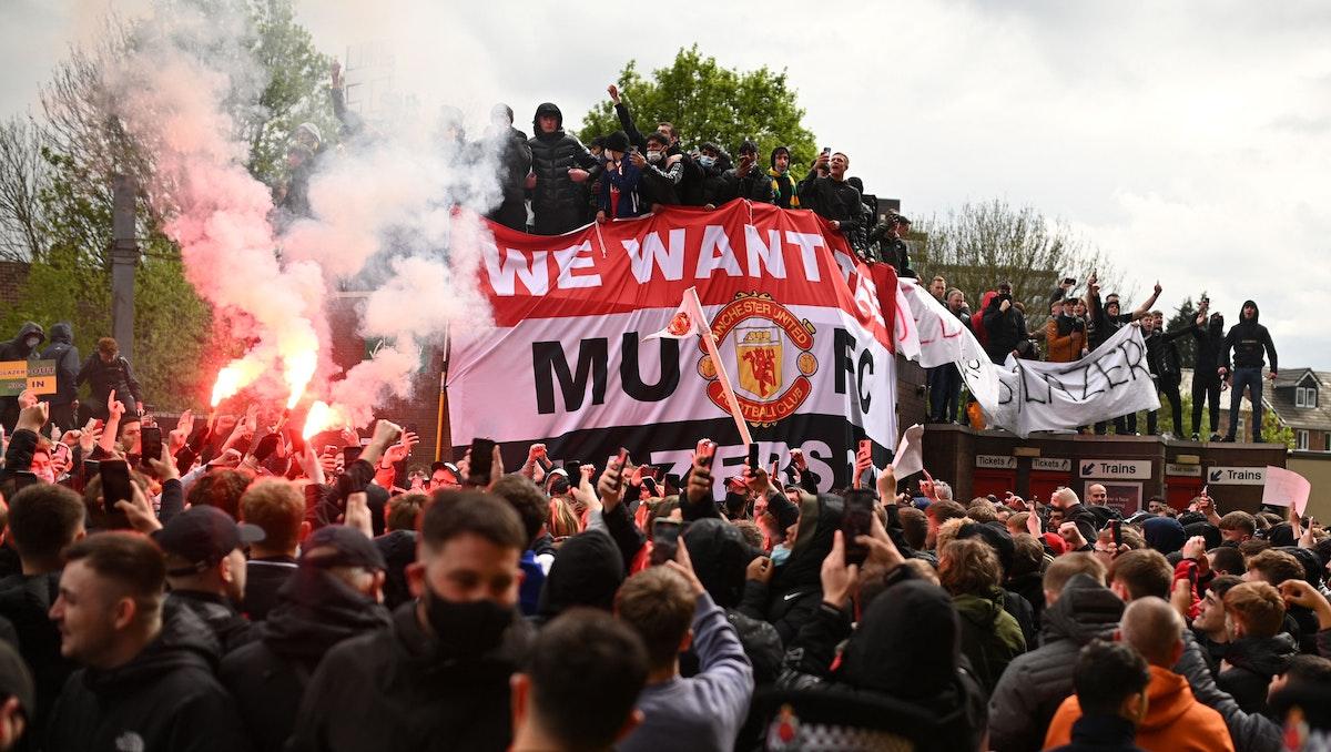 "جماهير مانشستر يونايتد تتظاهر خارج ""أولد ترافورد"". AFP"