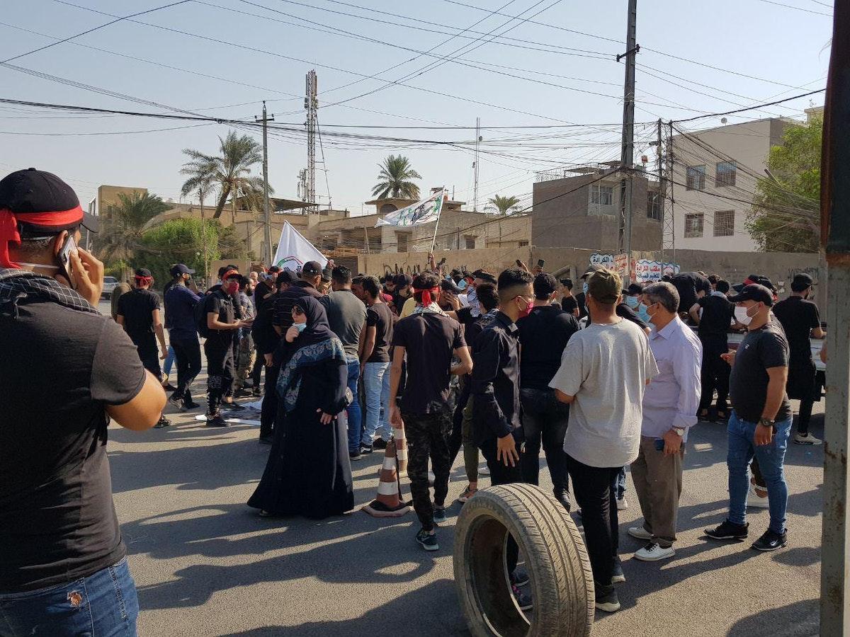 العشرات من أنصار الحشد الشعبي يتجمّعون قبالة مقر الحزب الديمقراطي الكردستاني في بغداد. 17 أكتوبر 2020 - الشرق