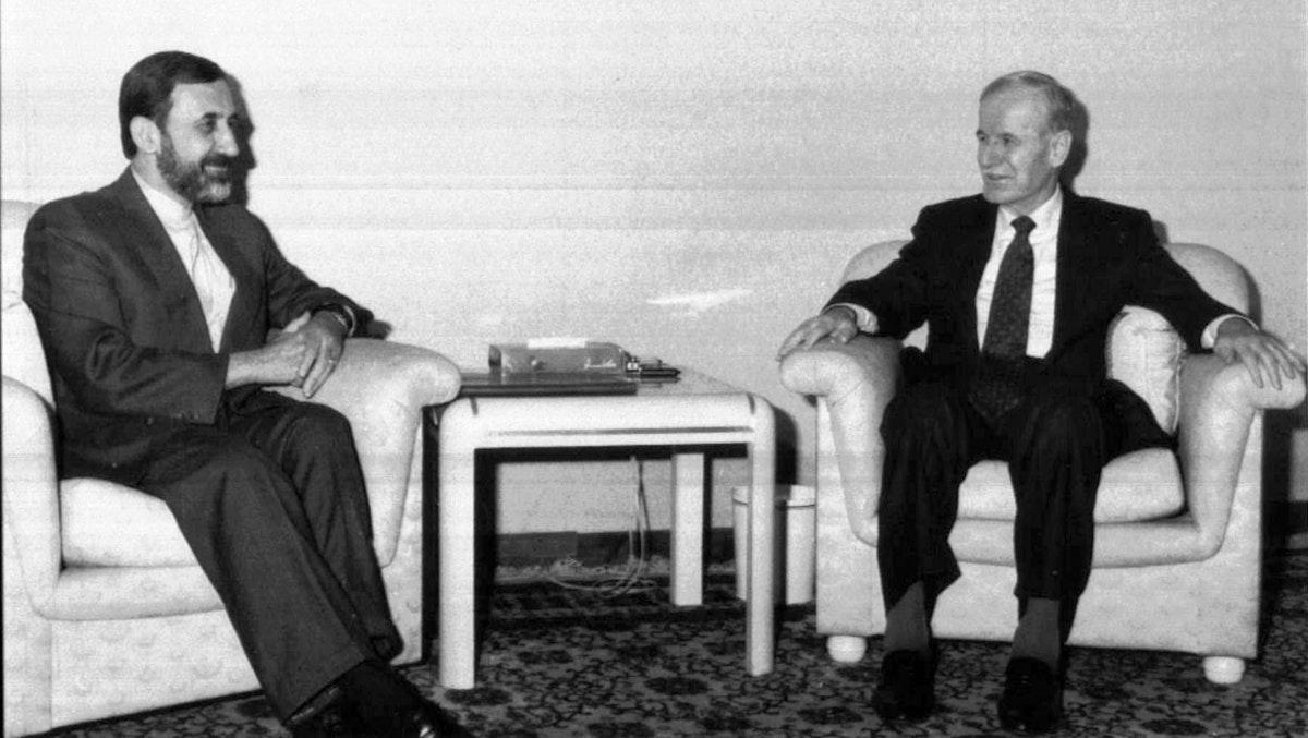الرئيس السوري الراحل حافظ الأسد خلال لقائه وزير الخارجية الإيراني علي أكبر ولايتي في دمشق- 9 مارس 1997 - REUTERS