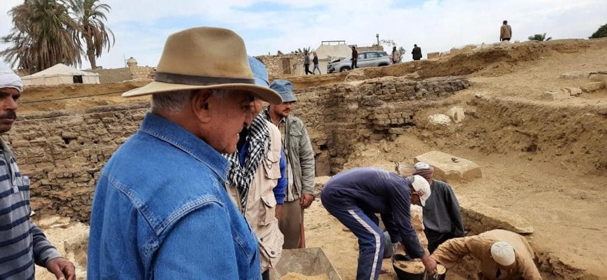 وزير الآثار المصري السابق زاهي حواس يشرف على أعمال التنقيب في موقع المدينة المفقودة - facebook/ Dr. Zahi Hawass