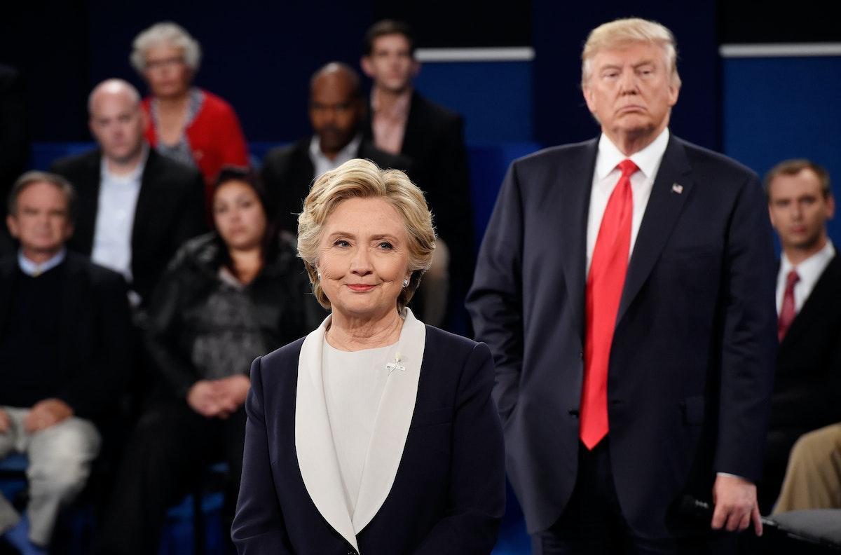 هيلاري كلينتون المرشحة السابقة للرئاسة خلال مناظرة مع دونالد ترمب قبل انتخابات 2016 في الولايات المتحدة - AFP