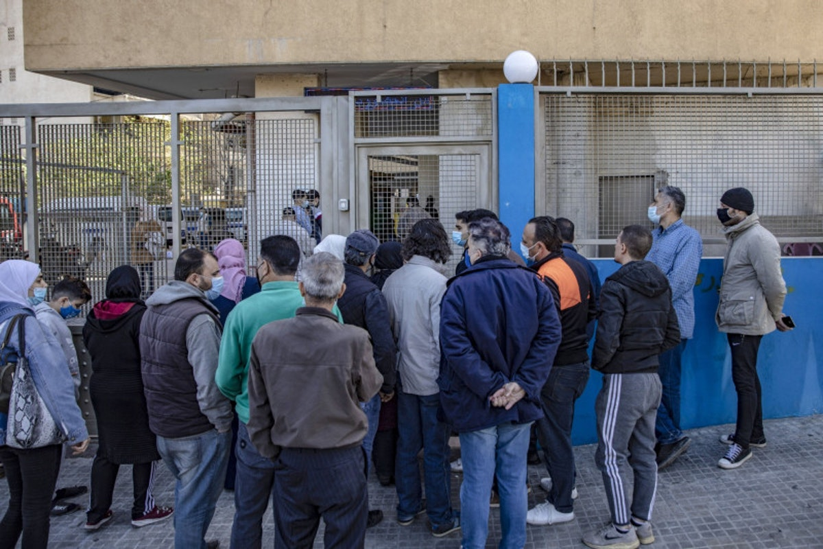مواطنون لبنانيون يصطفون أمام أحد مراكز توزيع المساعدات الغذائية في بيروت - بلومبرغ