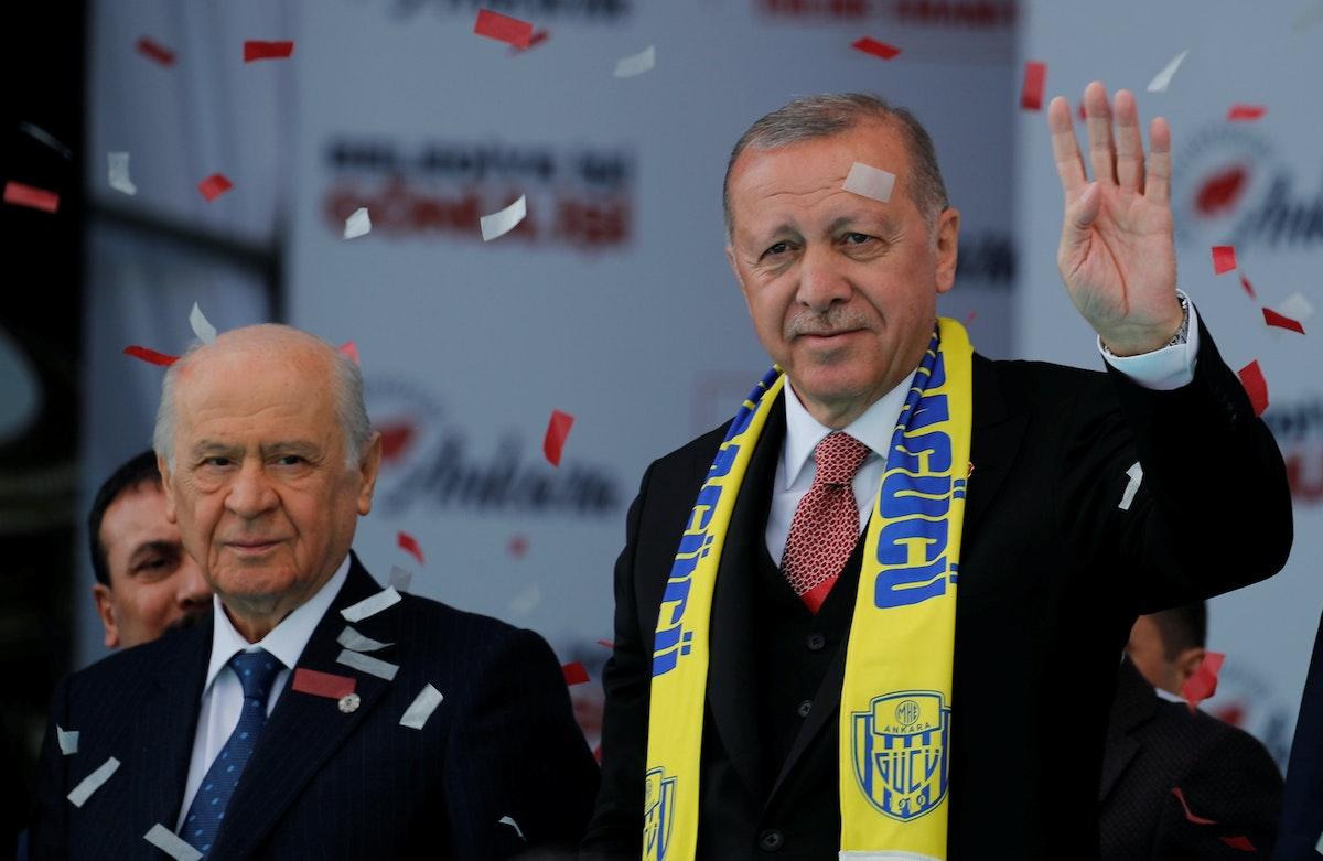 """الرئيس التركي رجب طيب أردوغان، ورئيس حزب """"الحركة القومية"""" دولت بهشلي، خلال تجمّع انتخابي في أنقرة - 23 مارس 2019 - REUTERS"""