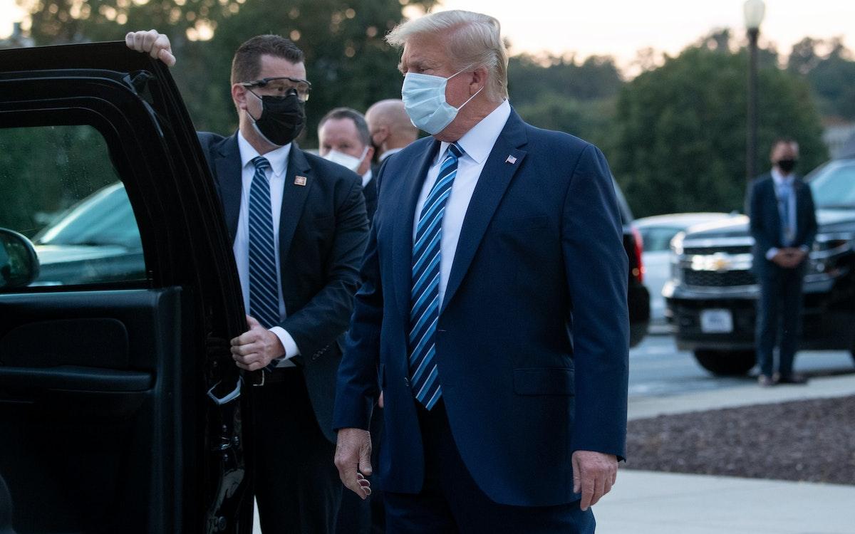 الرئيس الأميركي دونالد بعد مغادرته مركز والتر ريد الطبي العسكري في ماريلاند 5 أكتوبر 2020 - AFP
