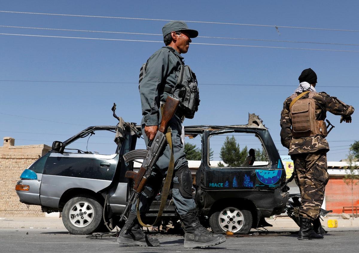 ضابط شرطة أفغاني يتفقد شاحنة صغيرة بعد انفجار في العاصمة كابول - REUTERS
