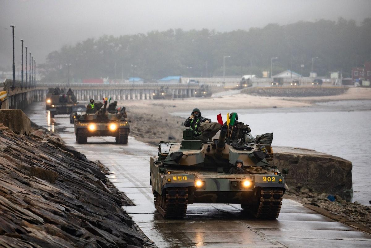 دبابات كورية جنوبية خلال مناورات عسكرية في جزيرة يونبيونغ - 25 يونيو 2020 - Bloomberg