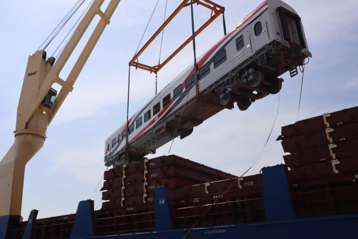 عربة قطار جديدة لحظة تنزيلها إلى ميناء الإسكندرية - الشرق