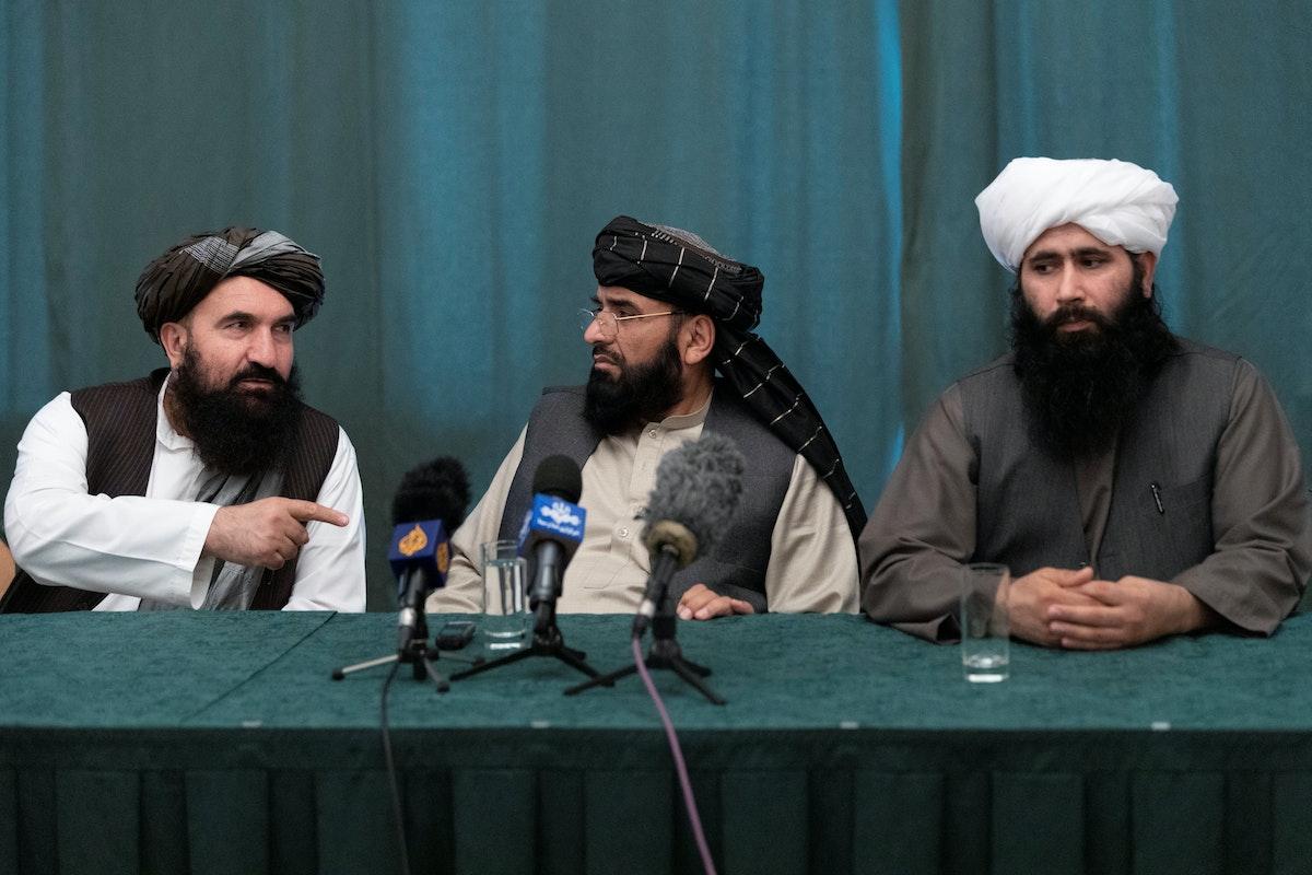"""قياديون في حركة """"طالبان"""" خلال مؤتمر صحافي في موسكو - 19 مارس 2021 - REUTERS"""