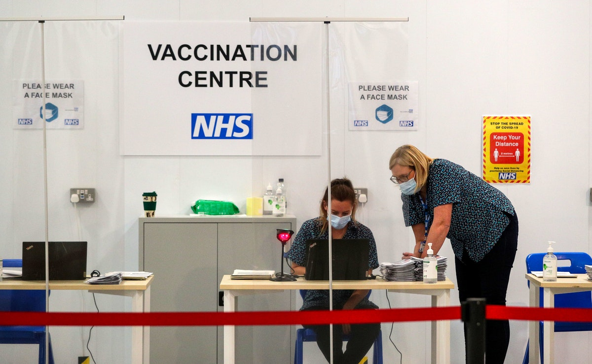 مركز للتطعيم داخل قبو لكاتدرائية بلاكبيرن البريطانية - 18 يناير 2021 - REUTERS