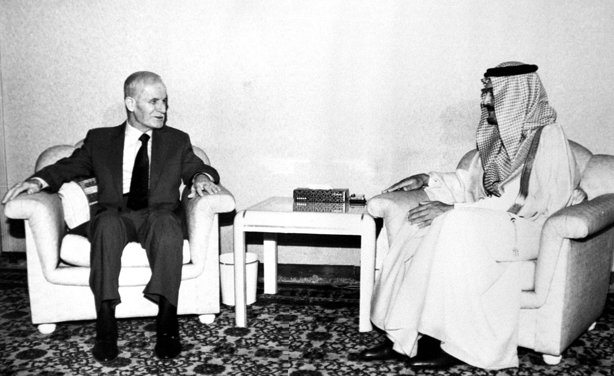 الرئيس السوري حافظ الأسد (يسار) خلال محادثات مع وزير الخارجية السعودي سعود الفيصل في دمشق، عام 1998 - reuters