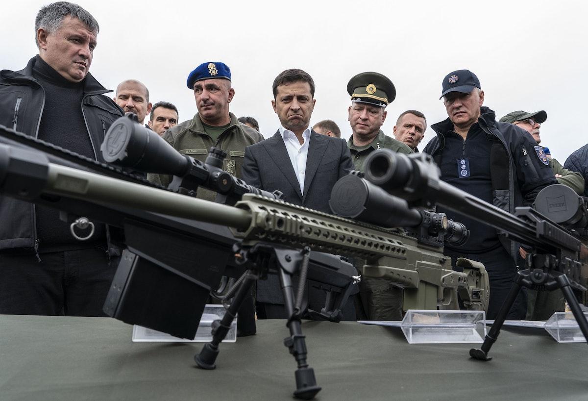 الرئيس الأوكراني فولوديمير زيلينسكي يعاين بنادق قنص، خلال مناورة عسكرية نفذتها وزارة الداخلية، 30 سبتمبر 2019 - Bloomberg