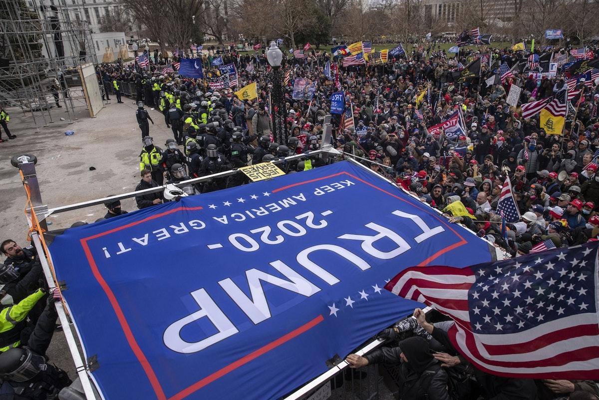 مؤيّدون للرئيس الأميركي دونالد ترمب خلال تظاهرة أمام مقرّ الكونغرس في واشنطن، 6 يناير 2021 - Bloomberg