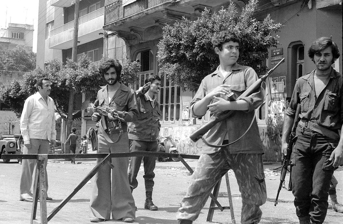 ميليشيا لبنانية في نقطة تفتيش بمنطقة البربير غرب بيروت تحرس - أبريل 1975 - AFP