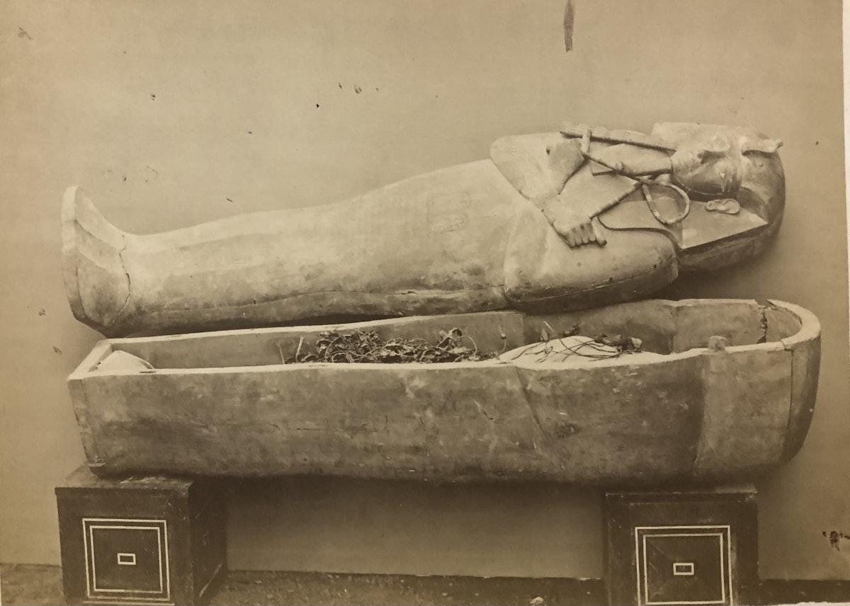 مومياء ملكية سيتم نقلها من المتحف المصري في التحرير إلى متحف الحضارة بالفسطاط - تصوير الألماني إميل بروجش عام 1881
