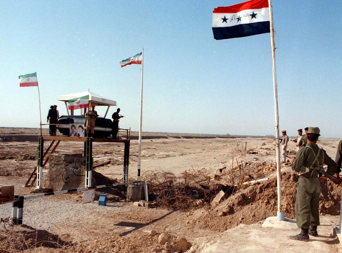 صورة غير مؤرخة تظهر جنوداً عراقيين خلال نوبة حراسة عند نقطة تفتيش على الحدود مع إيران - REUTERS