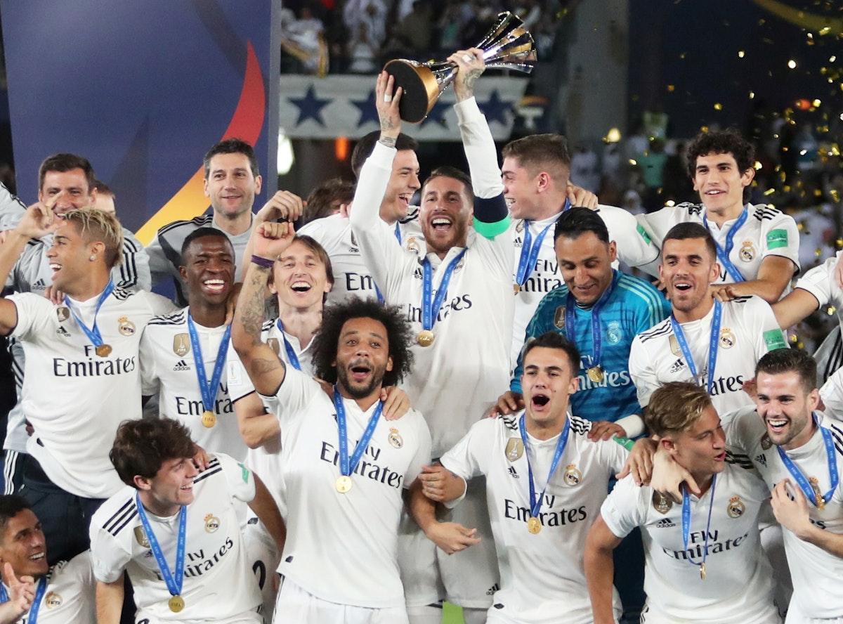 سيرخيو راموس يحمل كأس العالم للأندية - REUTERS