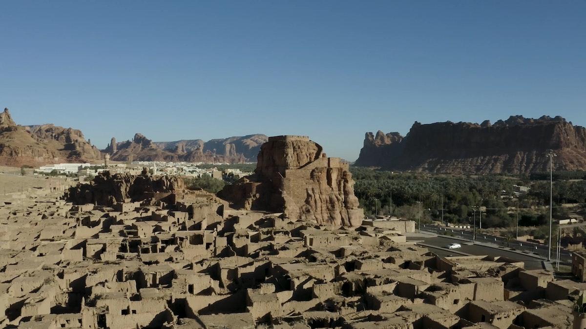 """منظر من الأعلى للبلدة القديمة في العلا حيث تبدو البيوت في شكل هندسي يشبه المتاهة - """"الشرق"""""""