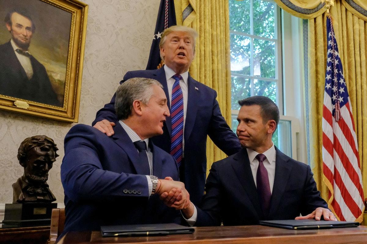 الرئيس الأميركي السابق دونالد ترمب خلال توقيع وزير الأمن الداخلي الأميركي بالوكالة كيفن ماكالينان ووزير الداخلية الغواتيمالي إنريكه ديغينهارت اتفاقاً لتقييد الهجرة، 26 يوليو 2019 - Bloomberg
