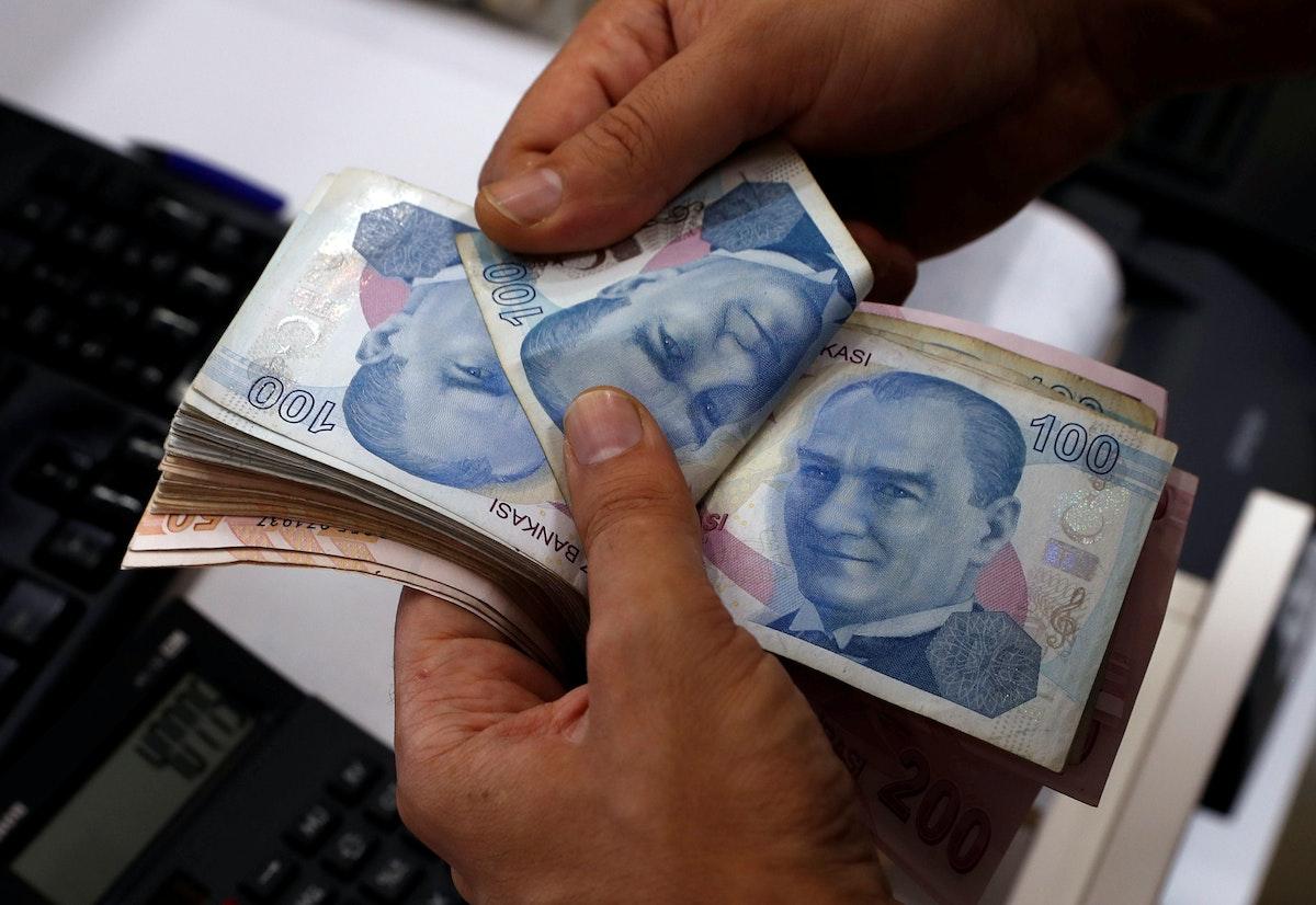 صرّاف يحتسب أوراقاً نقدية من الليرة التركية في إسطنبول - 2 أغسطس 2018 - REUTERS