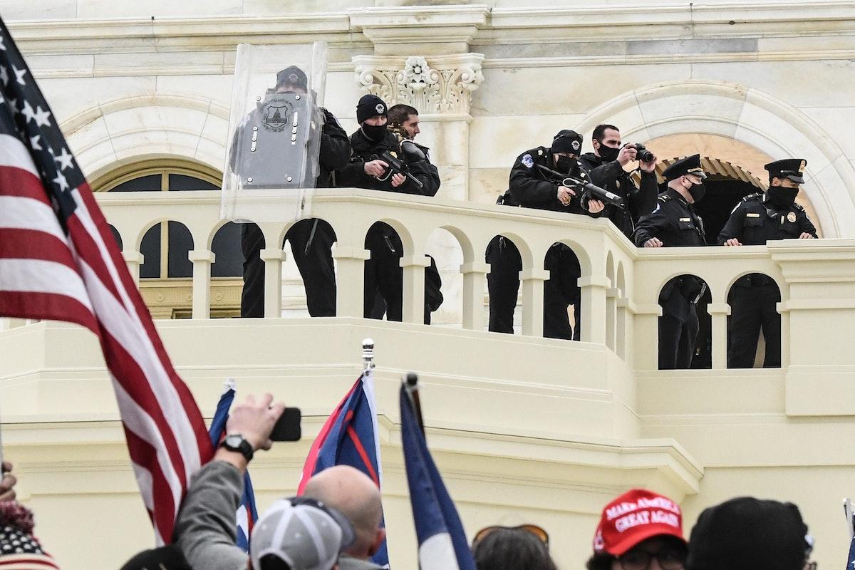 شرطة الكابيتول الأميركية تتصدى لأنصار الرئيس دونالد ترمب لدى اقتحامهم الكونغرس- 6 يناير 2021 - REUTERS