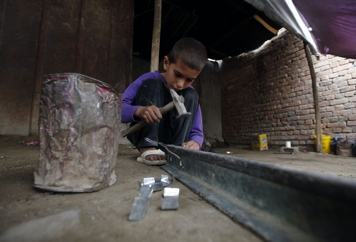 صبي يعمل بورشة حدادة في كابول - REUTERS