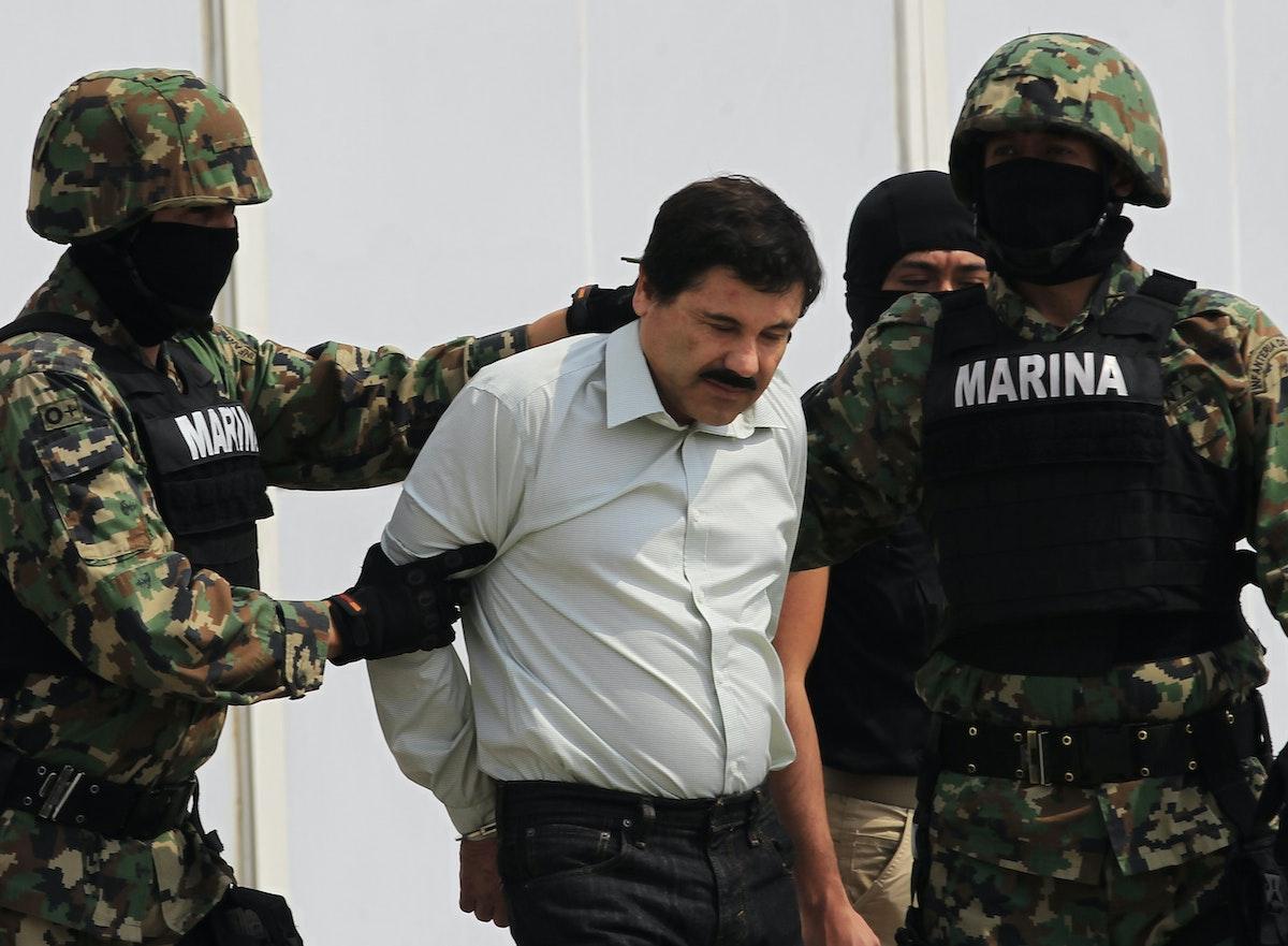 جنود مكسيكيون يمسكون بإل تشابو بعد توقيفه - مكسيكو سيتي - 22 فبراير 2014 - REUTERS