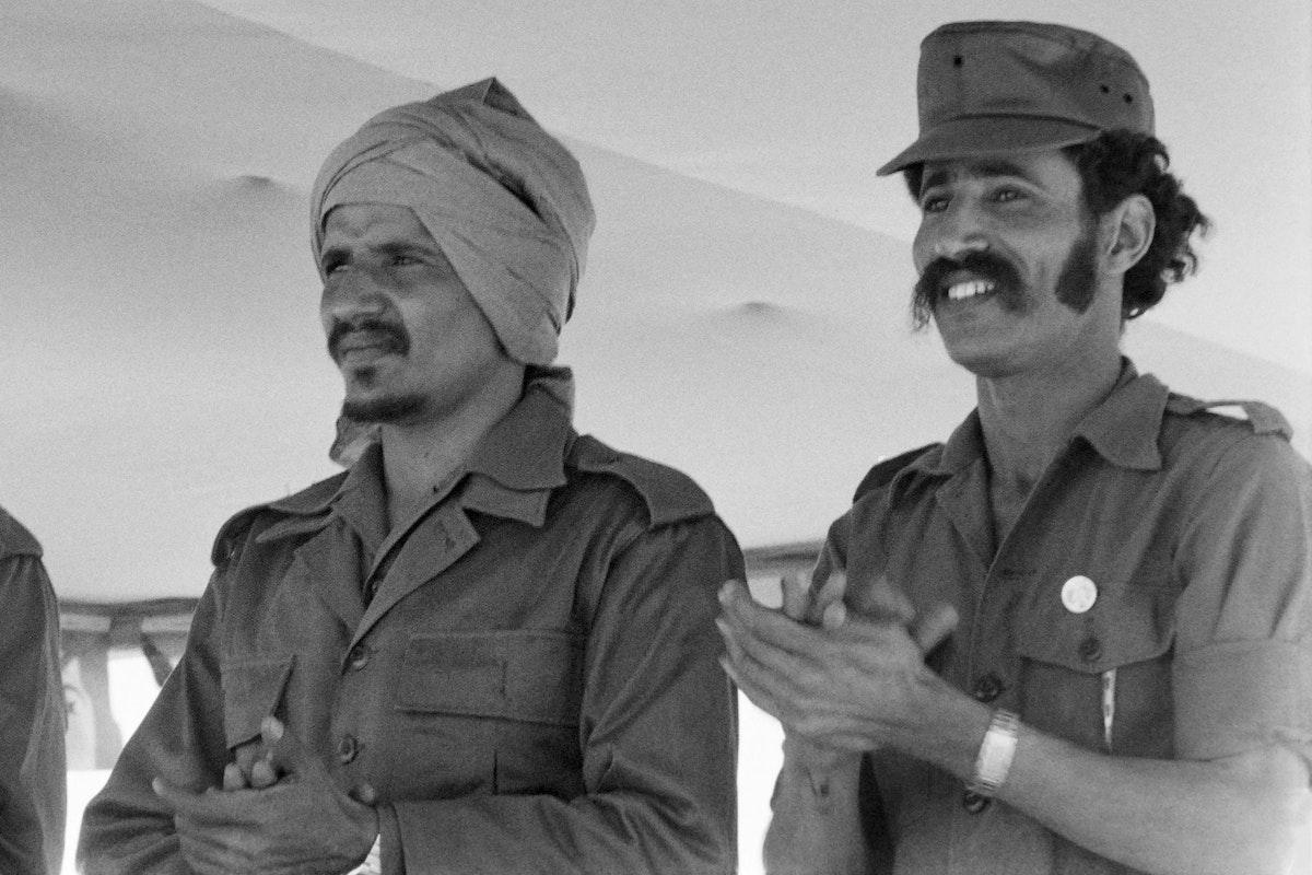 زعيم جبهة البوليساريو إبراهيم غالي (يمين)، والأمين العام للجبهة سابقاً محمد عبد العزيز - 28 فبراير 1978 - AFP
