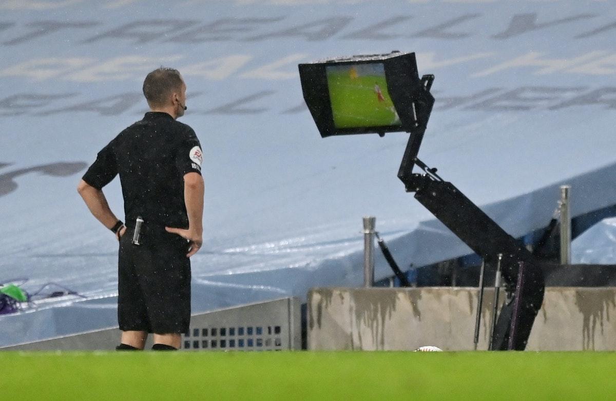 """أحد الحكام يستعين بتقنية الفيديو المساعد """"فار"""" - Pool via REUTERS"""