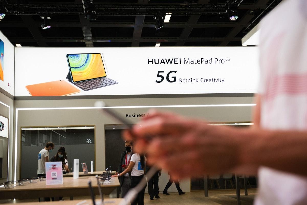 """لافتة دعائية لشركة """"هواوي"""" خلال معرض للإلكترونيات في برلين - 4 سبتمبر 2020 - Bloomberg"""