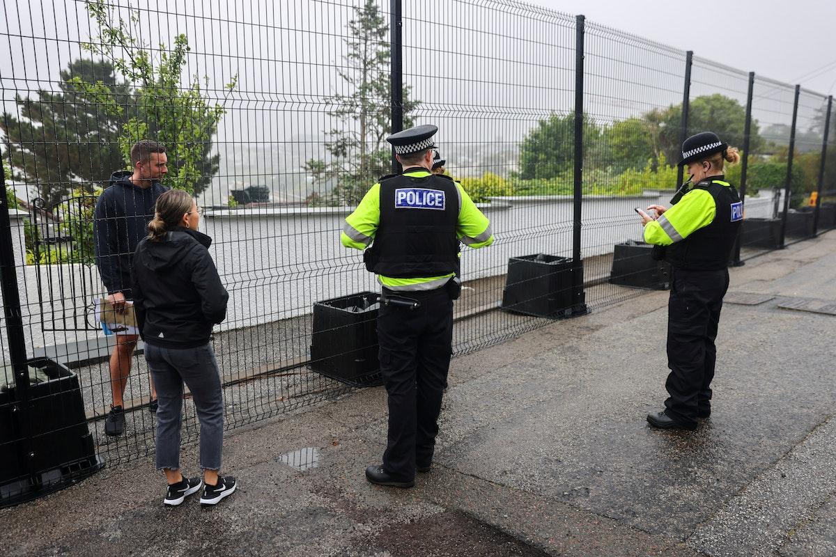 ضباط شرطة عند سياج أقيم حديثاً في خليج كاربيس، قبيل قمة مجموعة السبع المنتظرة في كورنوال، بريطانيا، 5 يونيو 2021 - REUTERS
