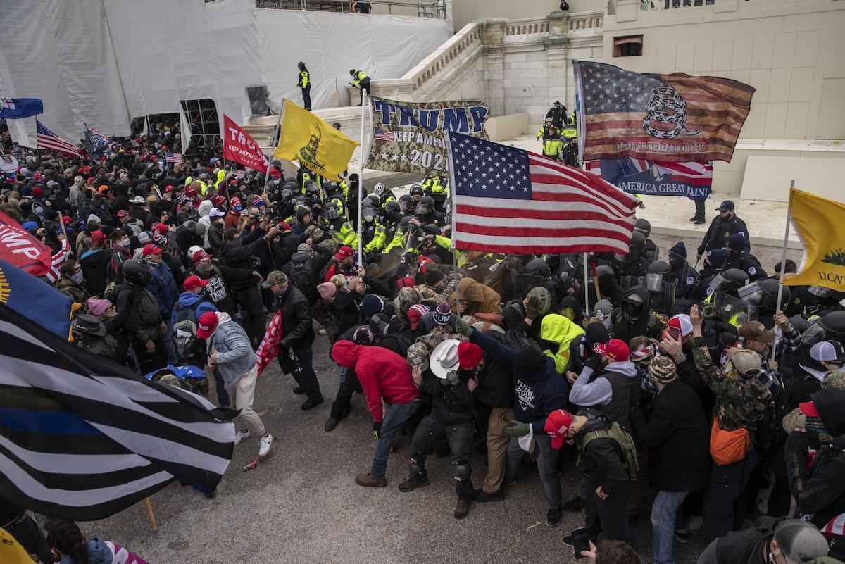 صدام بين مؤيّدين للرئيس الأميركي دونالد ترمب ورجال شرطة خلال اقتحام مقرّ الكونغرس - 6 يناير 2021 - Bloomberg