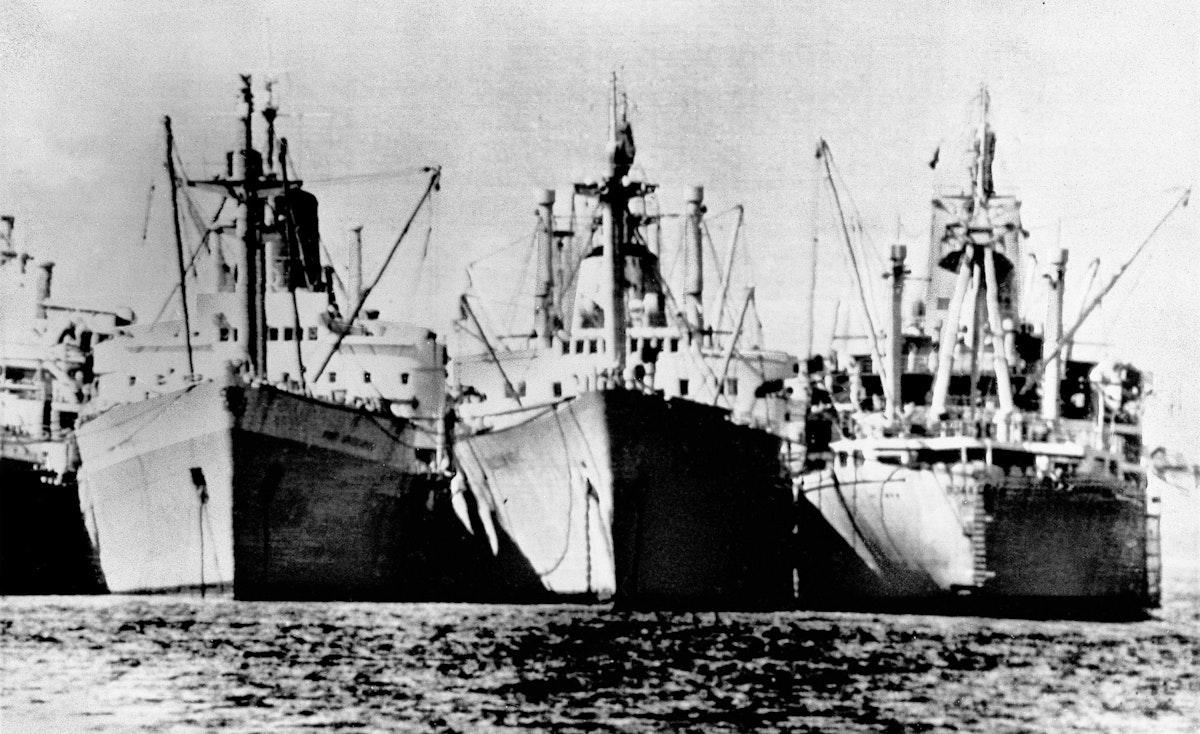 سفن بريطانية وبولندية ترسو في البحيرات المرة على قناة السويس، وسرعان ما أصبحت السفن هياكل مدمرة بسبب التآكل، 8 فبراير 1971 - AP